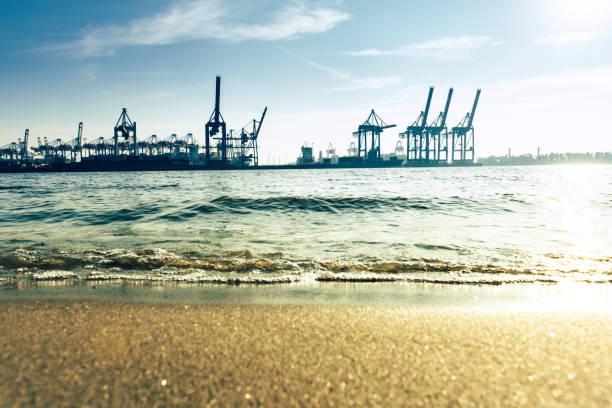 Strand der Elbe in Hamburg mit Cargo-Krane – Foto