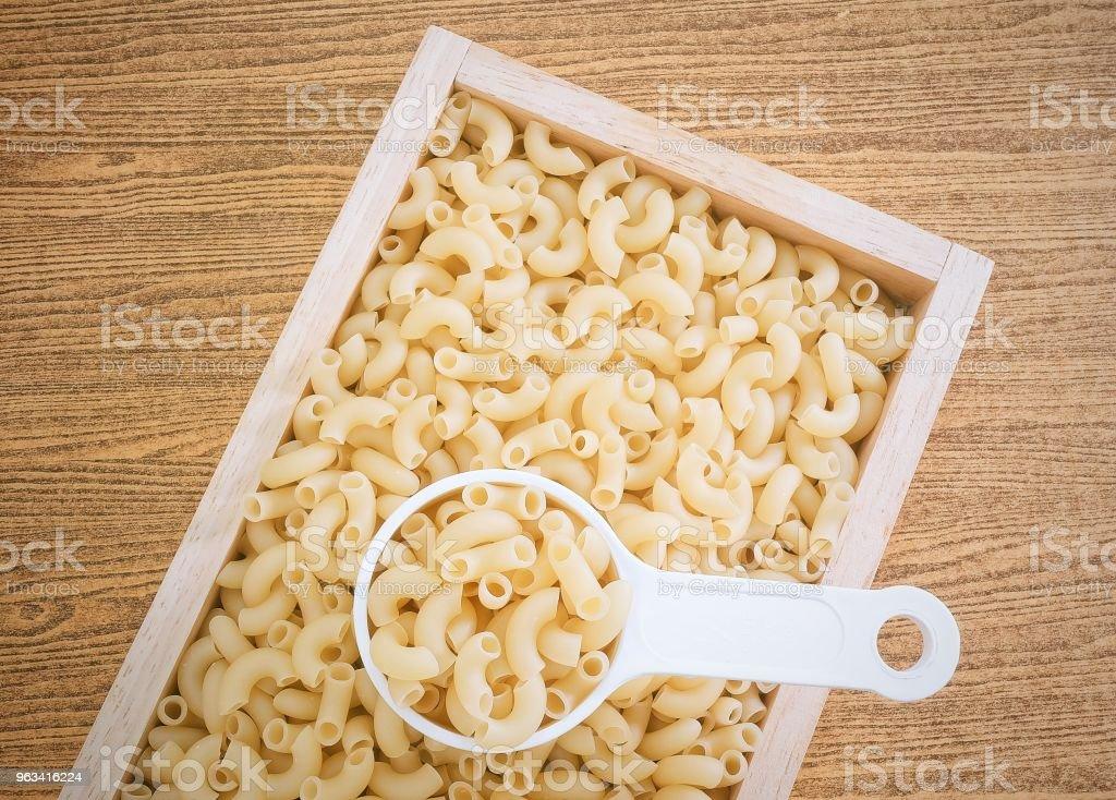 Coude de Macaroni ou pâtes Gomiti dans la tasse à mesurer - Photo de Aliment libre de droits