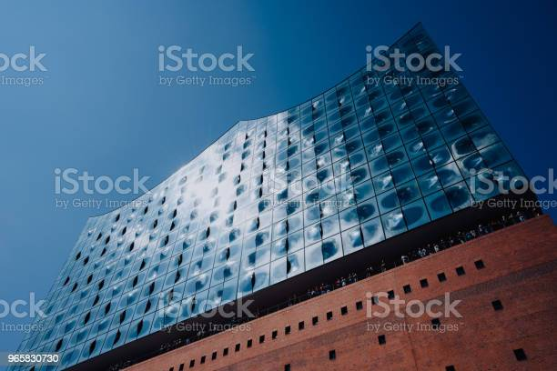Elbphilharmonie Building In Hamburgcity With Tourist People Hamburg Germany - Fotografias de stock e mais imagens de Alemanha