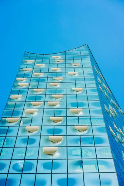 elbphilharmonie, nahaufnahme von weißen ovalen fenstern und leuchtend blauen glasfassade an sonnigen tag, hamburg, deutschland - reifen hamburg stock-fotos und bilder