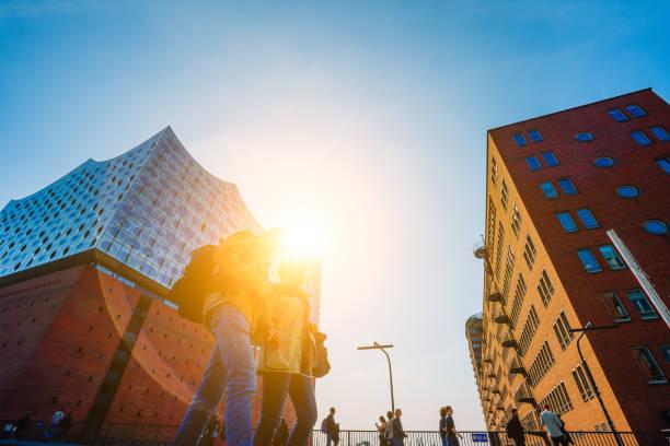elbphilharmonie, panoramic schuss - blauer himmel und strahlende sonne licht und fackeln von hinten, vorne, touristen hamburg, deutschland - reifen hamburg stock-fotos und bilder