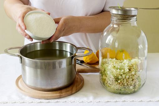 Elder Flowers Water Lemon And Sugar Ingredients And A Woman Preparing An Elderberry Syrup Rustic Style — стоковые фотографии и другие картинки Ароматерапия
