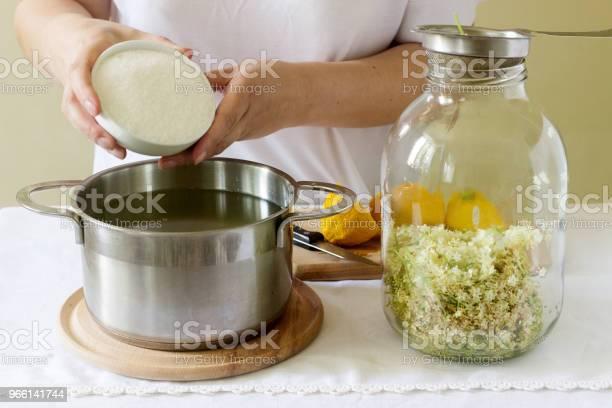 Fiori Di Sambuco Acqua Limone E Zucchero Ingredienti E Una Donna Che Prepara Uno Sciroppo Di Sambuco Stile Rustico - Fotografie stock e altre immagini di Limone