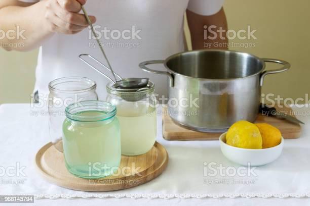 Fläder Blommor Vatten Citron Och Socker Ingredienser Och En Kvinna Som Förbereder En Fläderbär Sirap Rustik Stil-foton och fler bilder på Aromaterapi