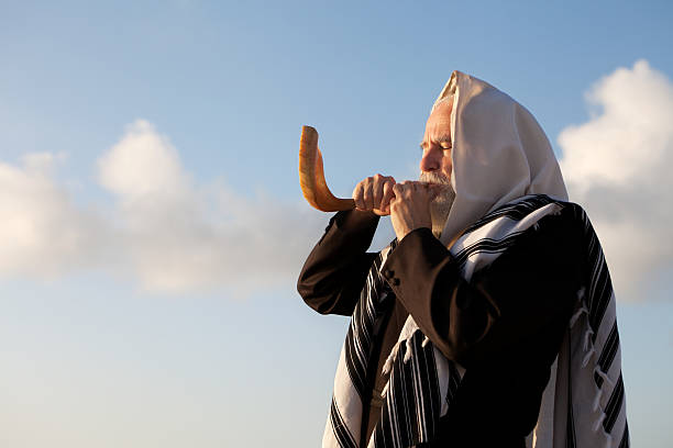 elder jewish man blowing a shofar on rosh hashanah - rosh hashanah 個照片及圖片檔