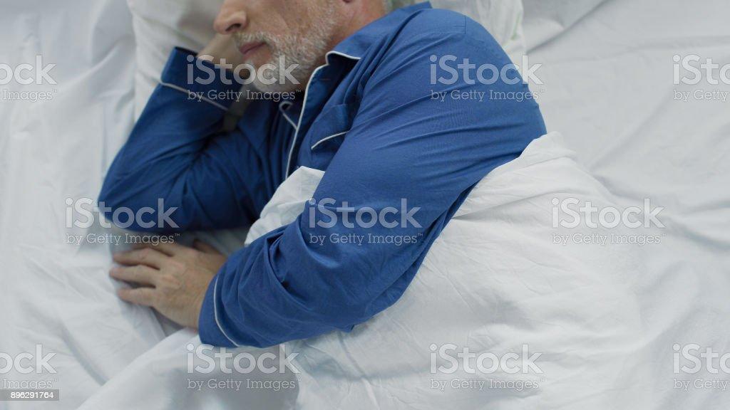 Ältere im Bett liegend, nicht in der Lage zu beruhigen und einschlafen, Mangel an Komfort – Foto