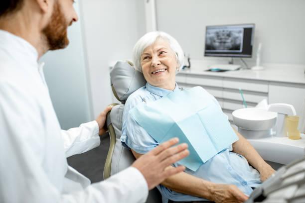 Ältere Frau im Rahmen der Konsultation mit Zahnarzt – Foto