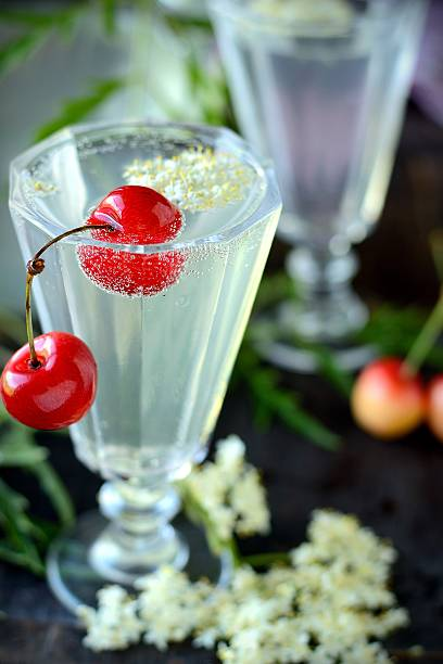 holunderblüten-drink - holunderlikör stock-fotos und bilder