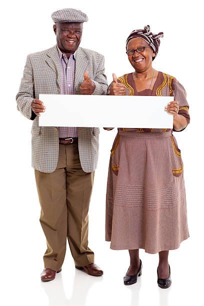 Pareja de ancianos africanos sosteniendo en blanco banner - foto de stock