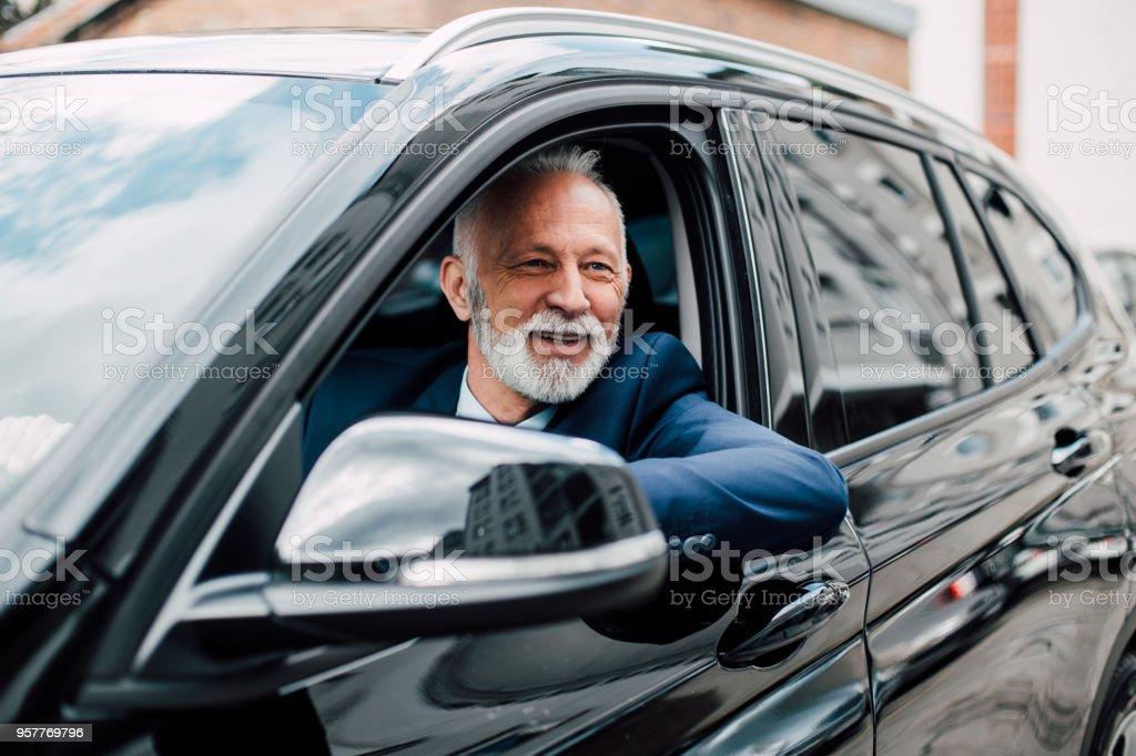 Älteren Geschäftsmann in einem Auto – Foto