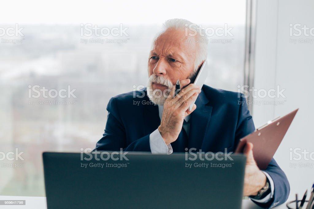 Hombre de negocios mayores hablando por teléfono - Foto de stock de Adulto libre de derechos
