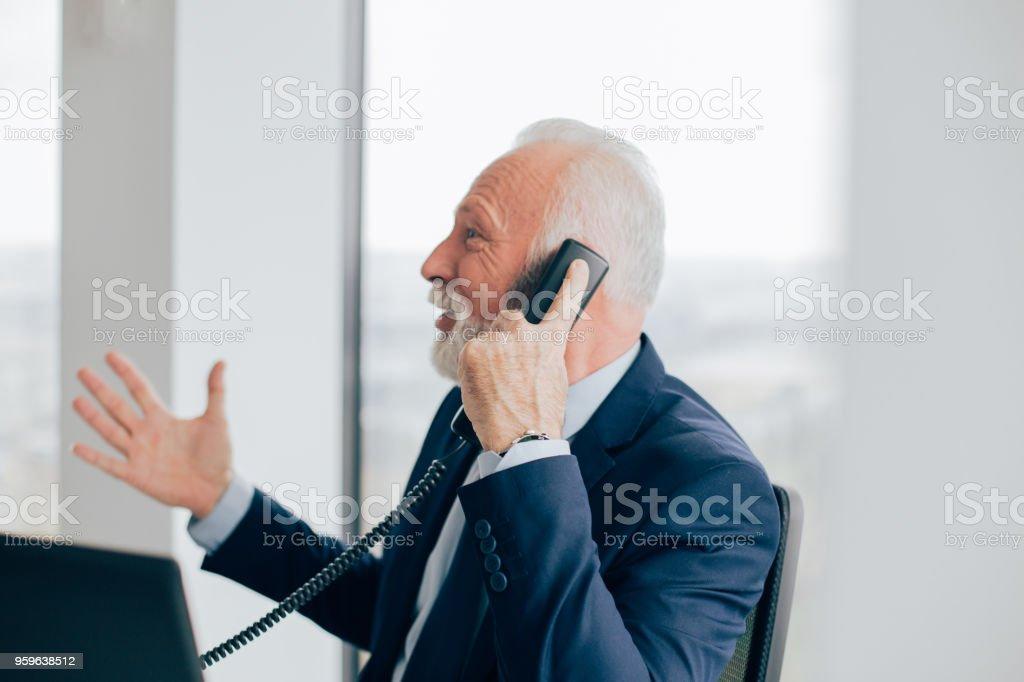 Hombre de negocios mayores usar teléfono - Foto de stock de Adulto libre de derechos