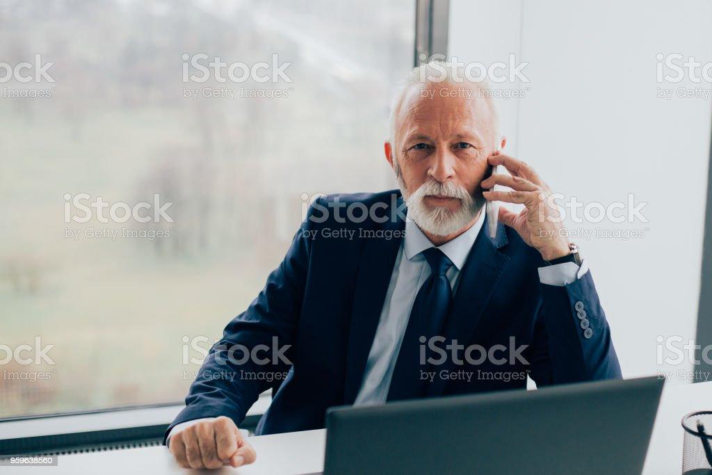 Hombre de negocios mayores utilizando teléfonos inteligentes - Foto de stock de Adulto libre de derechos