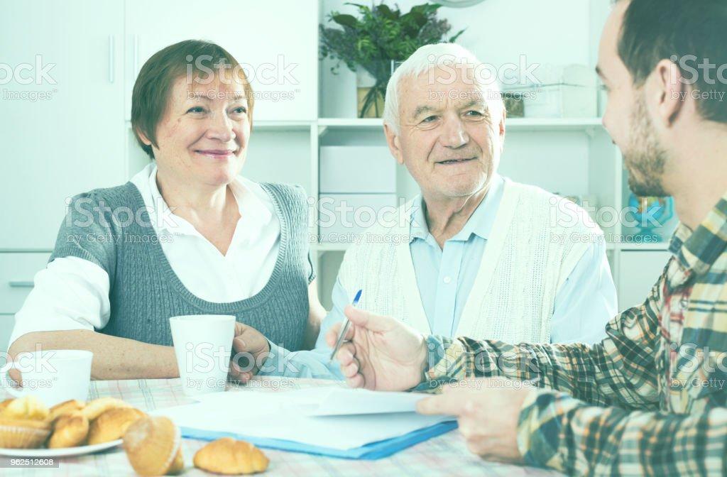 Casal de idosos e sociais dos empregados - Foto de stock de Acordo royalty-free