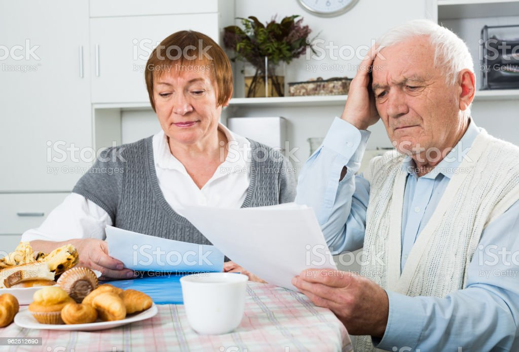 Elderly couple consider contract - Royalty-free 60-64 Years Stock Photo