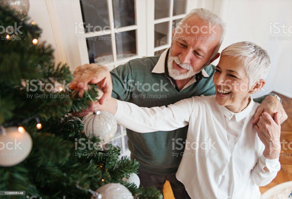 Älteres Ehepaar einen Weihnachtsbaum Dekoration – Foto