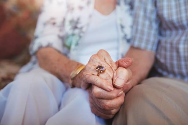 Personnes âgées couple tenant les mains - Photo