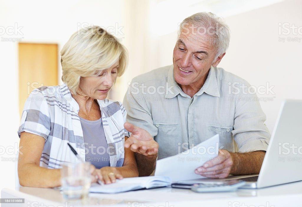 Ältere Paar einfach Ihre monatlichen Ausgaben – Foto