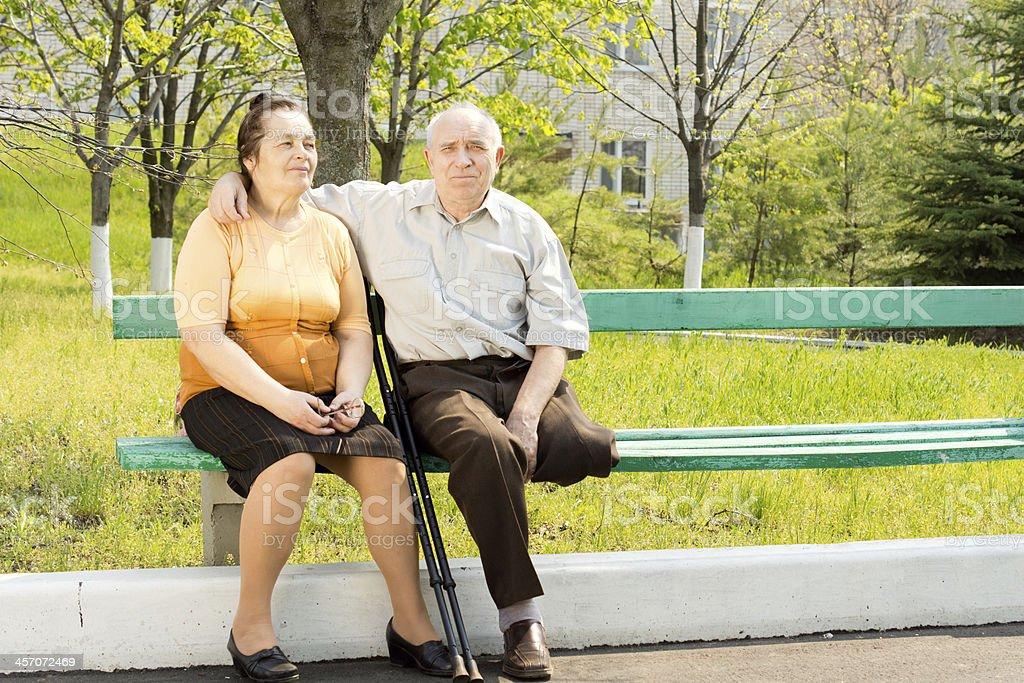 Älteres Ehepaar auf einer Parkbank – Foto