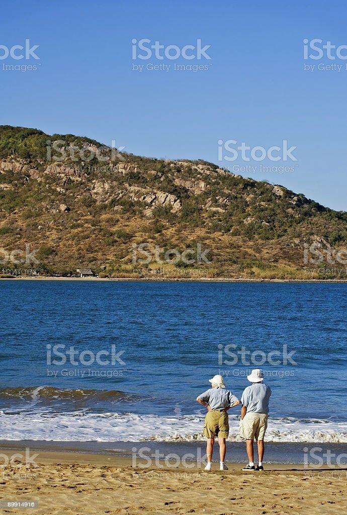Personnes âgées Couple tenant à Mazatlan de plage du Mexique photo libre de droits