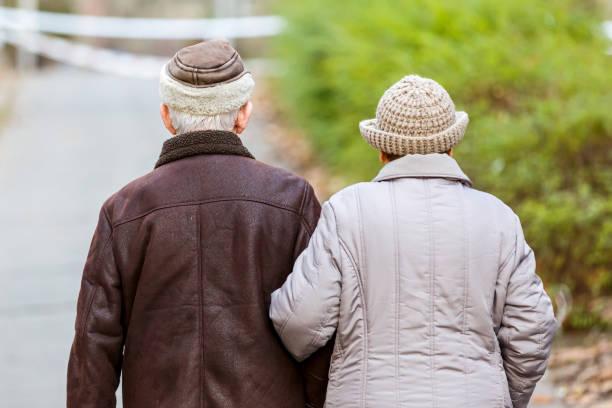 Ältere Paar beim Gehen im Park – Foto