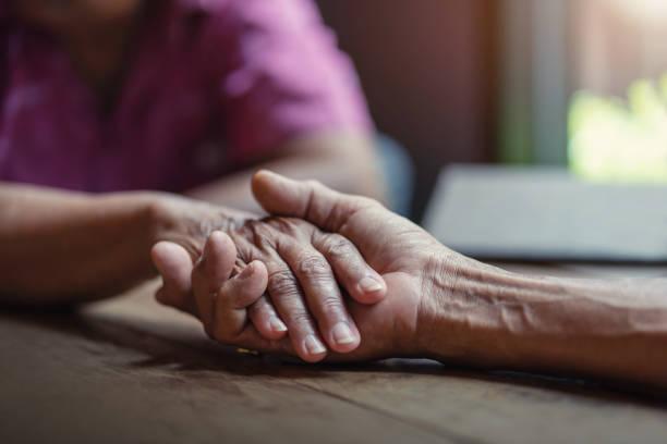 ältere paare halten hände, konzept der kümmern sich zusammen. - hospiz stock-fotos und bilder