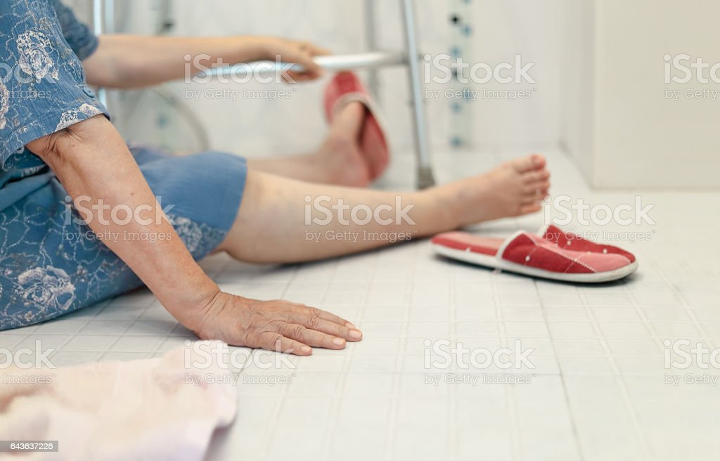 elderly falling in bathroom because slippery surfaces – Foto