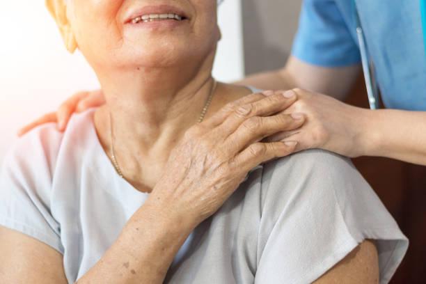 mayor mujer mano mano de joven cuidador en el hogar de ancianos. geriátrico concepto médico o geriatra. doctor médico en feliz paciente senior mayor confort en examen hospital de mano - atención de personas mayores fotografías e imágenes de stock
