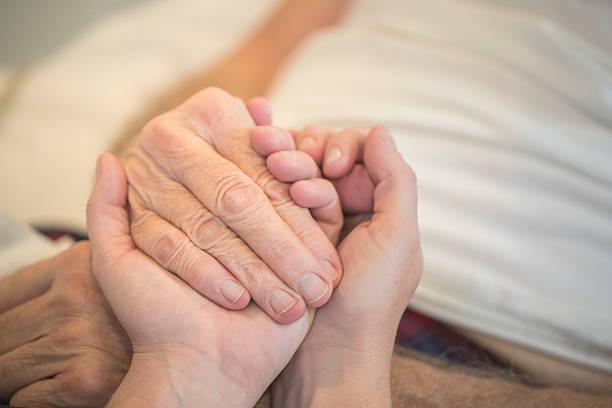 ältere hände - hospiz stock-fotos und bilder
