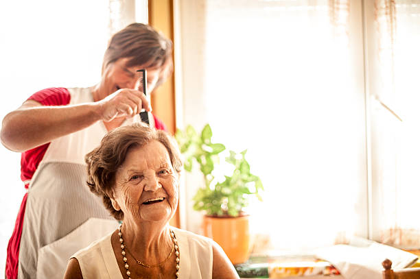 elderly home care service by a caregiver - soin du corps photos et images de collection