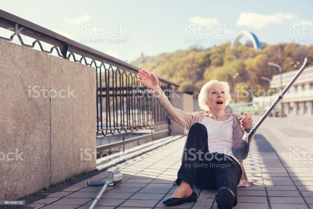 Vieille dame gisant sur le sol après une chute vers le bas - Photo