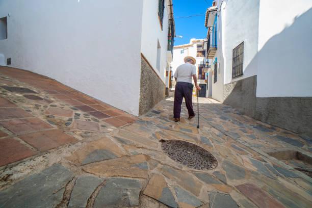 Ältere einheimische Mann Klettern Hang schmale Straße von Comares, Malaga, Spanien – Foto
