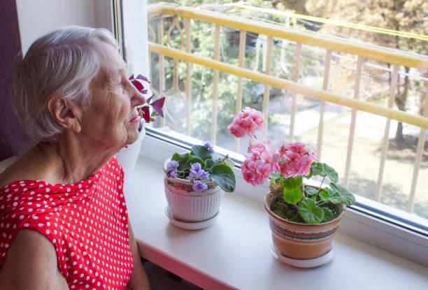 Ältere einsame Frau depressiv sitzend am Tisch – Foto