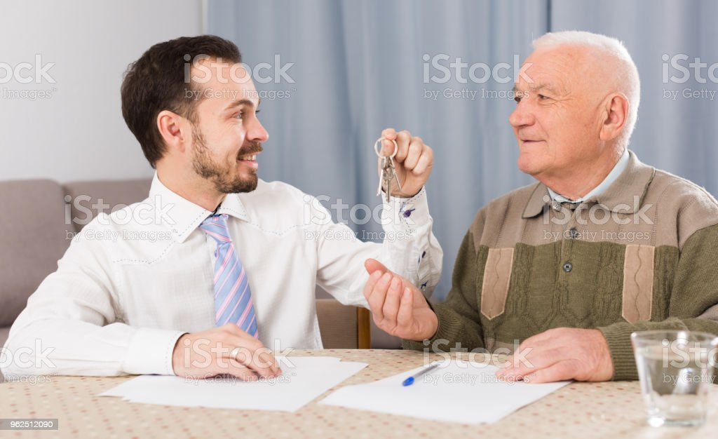 Elderly man and agent rent apartments - Royalty-free Adult Stock Photo