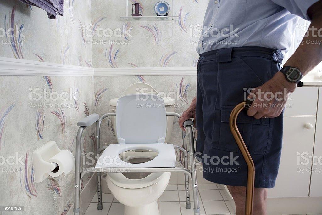 Älterer Mann und Behindertengerechte Toiletten – Foto