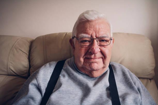 ältere mann glücklich zu hause - hausmittel gegen falten stock-fotos und bilder