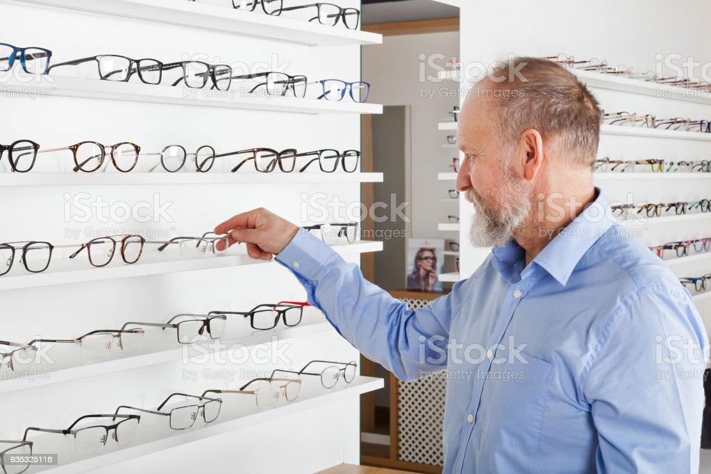 Älterer Mann in Optik Shop – Foto