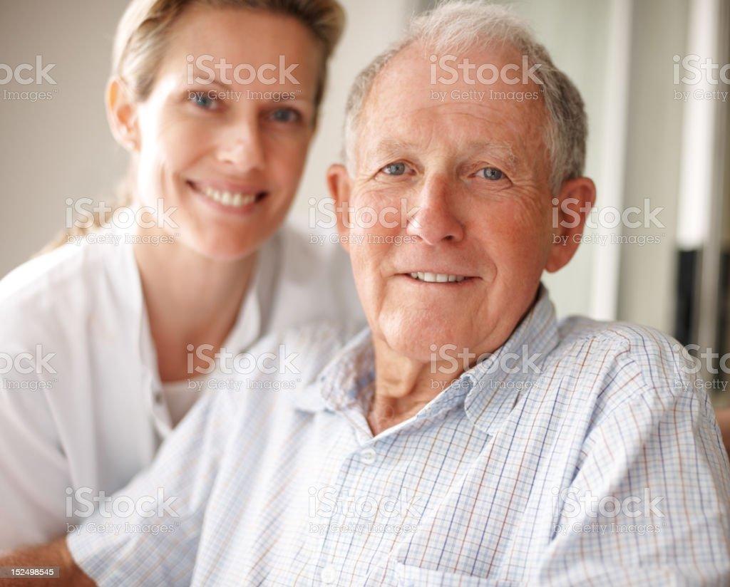 Älterer Mann im Rollstuhl mit einer Krankenschwester Lizenzfreies stock-foto