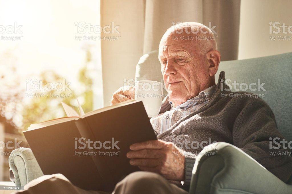 Älterer Mann, ein Buch zu Hause – Foto