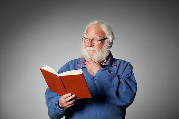 Älterer Mann liest einen interessanten Roman – Foto