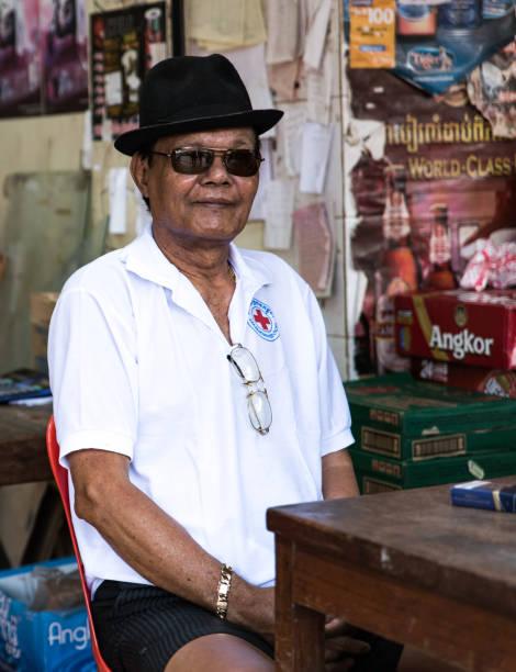 Elderly man shop seller – zdjęcie