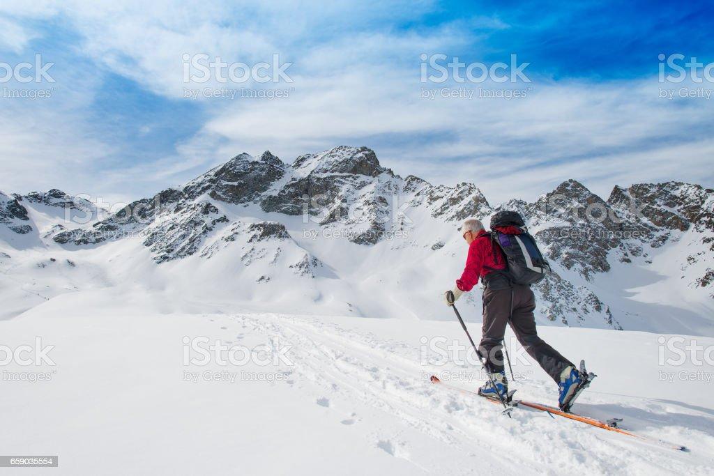 Älterer Mann sportlich fit Ski bergauf Klettern – Foto