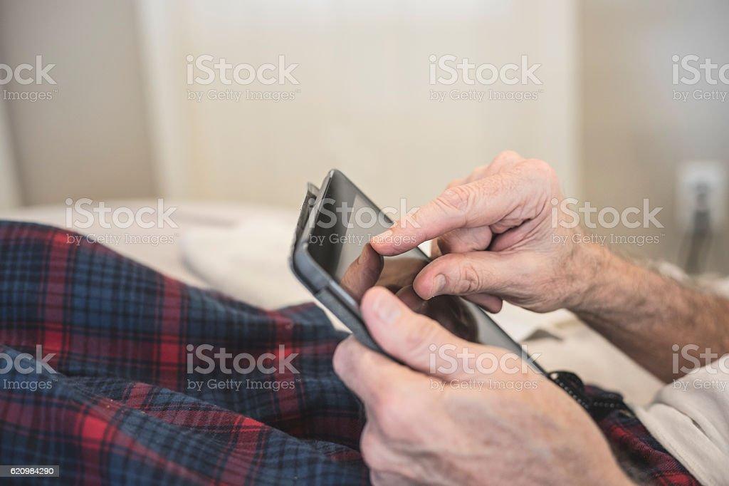 Elderly Man using Tablet Computer foto royalty-free