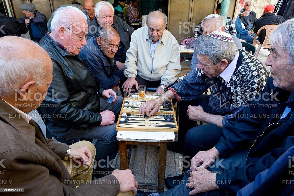 Vieil homme jouer au jacquet à Jérusalem, Israël - Photo