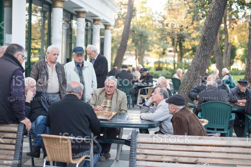 Vieillards jouent en plein air au backgammon et aux échecs à City Chess Club de Batumi, Géorgie. - Photo