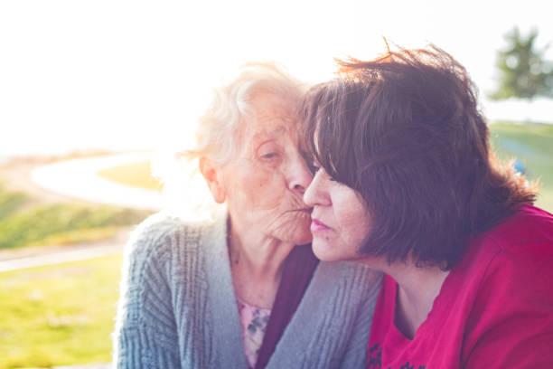 ältere mutter - hospiz stock-fotos und bilder