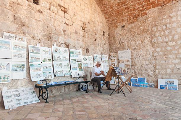 älterer maler zeichnen wasser farbe gemälde an street. - senior bilder wasser stock-fotos und bilder