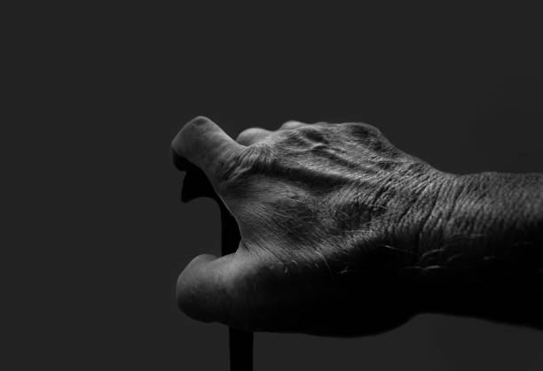 älterer Mensch mit Gehstock in Schwarzweiß – Foto