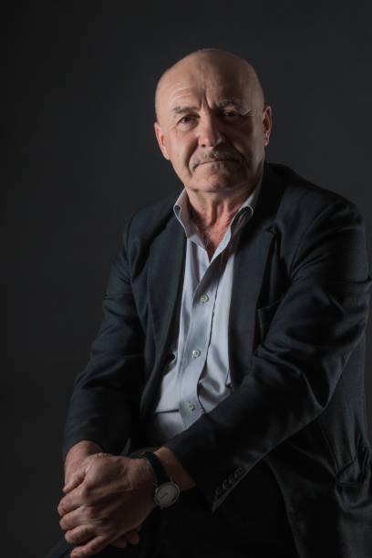 Ältere positive männliche Geschäftsmann auf dunklem Hintergrund – Foto