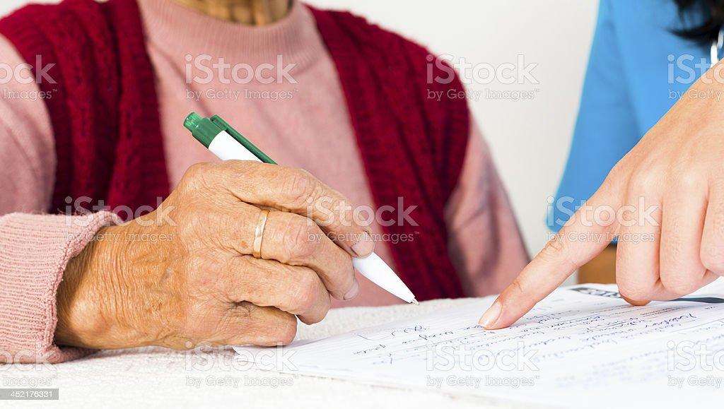 Älterer Unterzeichnung Vertrag Social Services – Foto